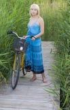Muchacha con una bicicleta Imagenes de archivo