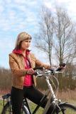 Muchacha con una bicicleta Fotografía de archivo libre de regalías