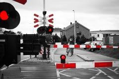 Muchacha con una bicicleta en la mudanza del tren Imagen de archivo libre de regalías
