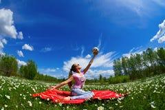 Muchacha con una bola de las flores blancas Imagenes de archivo