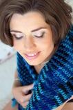 Muchacha con una bufanda azul Imagen de archivo