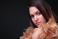 Muchacha con una bufanda de la pluma foto de archivo libre de regalías