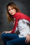 Muchacha con una bufanda roja Fotografía de archivo