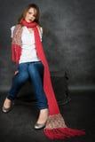 Muchacha con una bufanda roja Imagen de archivo