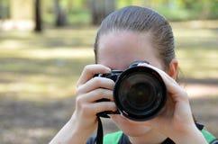 Muchacha con una cámara Imágenes de archivo libres de regalías