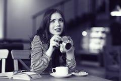 Muchacha con una cámara del vintage imagen de archivo libre de regalías