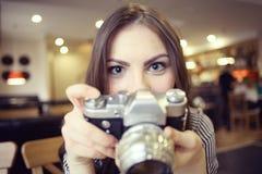 Muchacha con una cámara del vintage fotografía de archivo