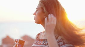 Muchacha con una cámara del vintage Playa, puesta del sol, viento metrajes