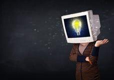 muchacha con una cabeza del monitor, bombilla de la idea en la exhibición s Fotos de archivo libres de regalías