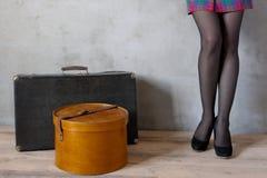 Muchacha con una caja de la maleta y del sombrero Fotografía de archivo libre de regalías