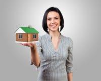 Muchacha con una casa Foto de archivo libre de regalías
