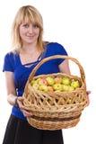 Muchacha con una cesta de manzanas. Fotografía de archivo libre de regalías