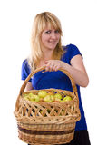 Muchacha con una cesta de manzanas. Imagenes de archivo
