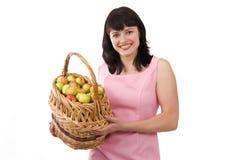 Muchacha con una cesta de manzanas. Imagen de archivo libre de regalías