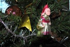 Muchacha con una cesta la Navidad del vintage juega en fondo del árbol del Año Nuevo Fotos de archivo libres de regalías