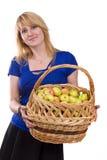 Muchacha con una cesta llena de frutas fotos de archivo libres de regalías