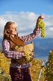 Muchacha con una cesta llena de uvas Fotografía de archivo libre de regalías