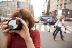Muchacha con una cámara Fotos de archivo