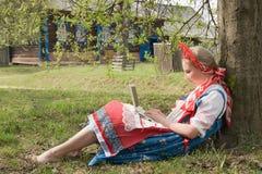Muchacha con una computadora portátil Imagen de archivo