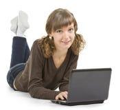 Muchacha con una computadora portátil Fotos de archivo