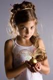 Muchacha con una esfera de la Navidad Foto de archivo libre de regalías