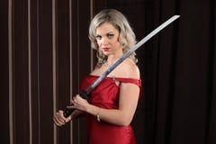 Muchacha con una espada Foto de archivo
