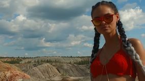 Muchacha con una figura perfecta en un traje de baño rojo en la playa almacen de video