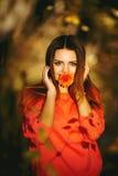 Muchacha con una flor en su boca Fotos de archivo libres de regalías