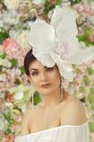 Muchacha con una flor grande en la cabeza imagen de archivo libre de regalías