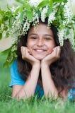 Muchacha con una guirnalda de flores de cerezo en su cabeza Imagen de archivo libre de regalías