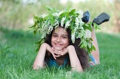 Muchacha con una guirnalda de flores de cerezo en su cabeza Fotografía de archivo