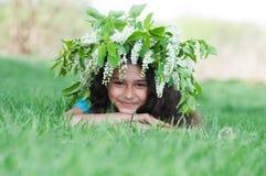 Muchacha con una guirnalda de flores de cerezo en su cabeza Foto de archivo