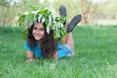 Muchacha con una guirnalda de flores de cerezo en su cabeza Fotos de archivo