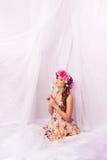 Muchacha con una guirnalda de flores en su pelo. Foto de archivo libre de regalías