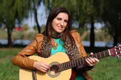 Muchacha con una guitarra Imagenes de archivo