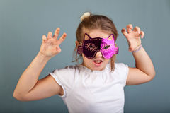 Muchacha con una máscara de los gatos Fotos de archivo