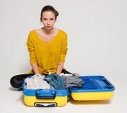 Muchacha con una maleta amarilla Foto de archivo