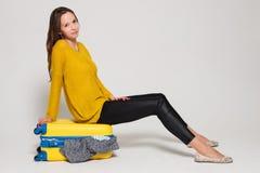 Muchacha con una maleta amarilla Imagen de archivo libre de regalías