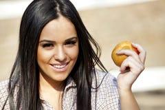 Muchacha con una manzana Fotos de archivo libres de regalías