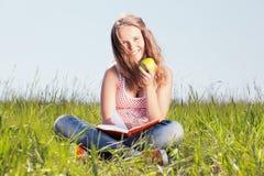 Muchacha con una manzana Imágenes de archivo libres de regalías