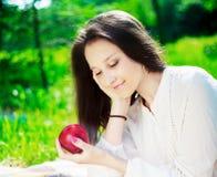 Muchacha con una manzana Foto de archivo