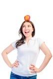 Muchacha con una manzana en su cabeza Foto de archivo