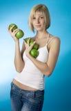Muchacha con una manzana verde Imagen de archivo