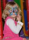Muchacha con una mariposa en su cara Foto de archivo