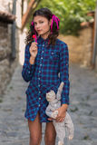 Muchacha con una muñeca de la piruleta y de trapo Imagen de archivo libre de regalías