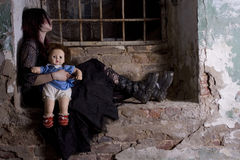 Muchacha con una muñeca Imagen de archivo