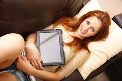 Muchacha con una PC de la tablilla Imagen de archivo libre de regalías