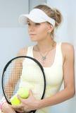 Muchacha con una raqueta de tenis Fotografía de archivo libre de regalías