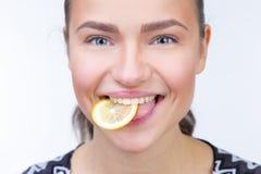 Muchacha con una rebanada de limón Fotos de archivo libres de regalías