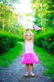Muchacha con una red de la mariposa foto de archivo libre de regalías